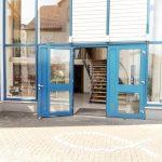 Präsenzgottesdienst - Eingangsbereich außen - EFG Baunatal - Gottesdienst in unserer Gemeinde in Baunatal